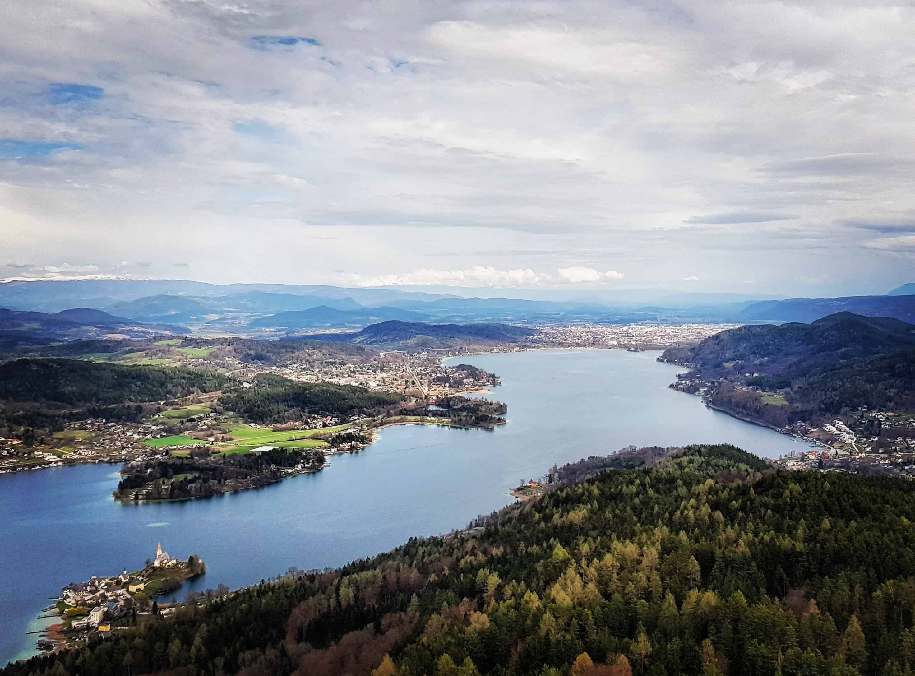 Klagenfurt vom Ausflugsziel Pyramidenkogel betrachtet.