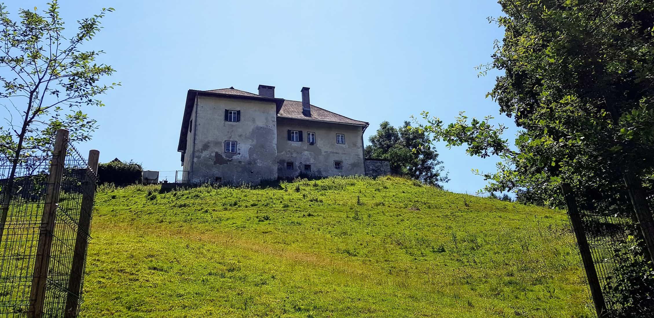 Ruine bei Wanderung durch Tierpark Rosegg Kärnten