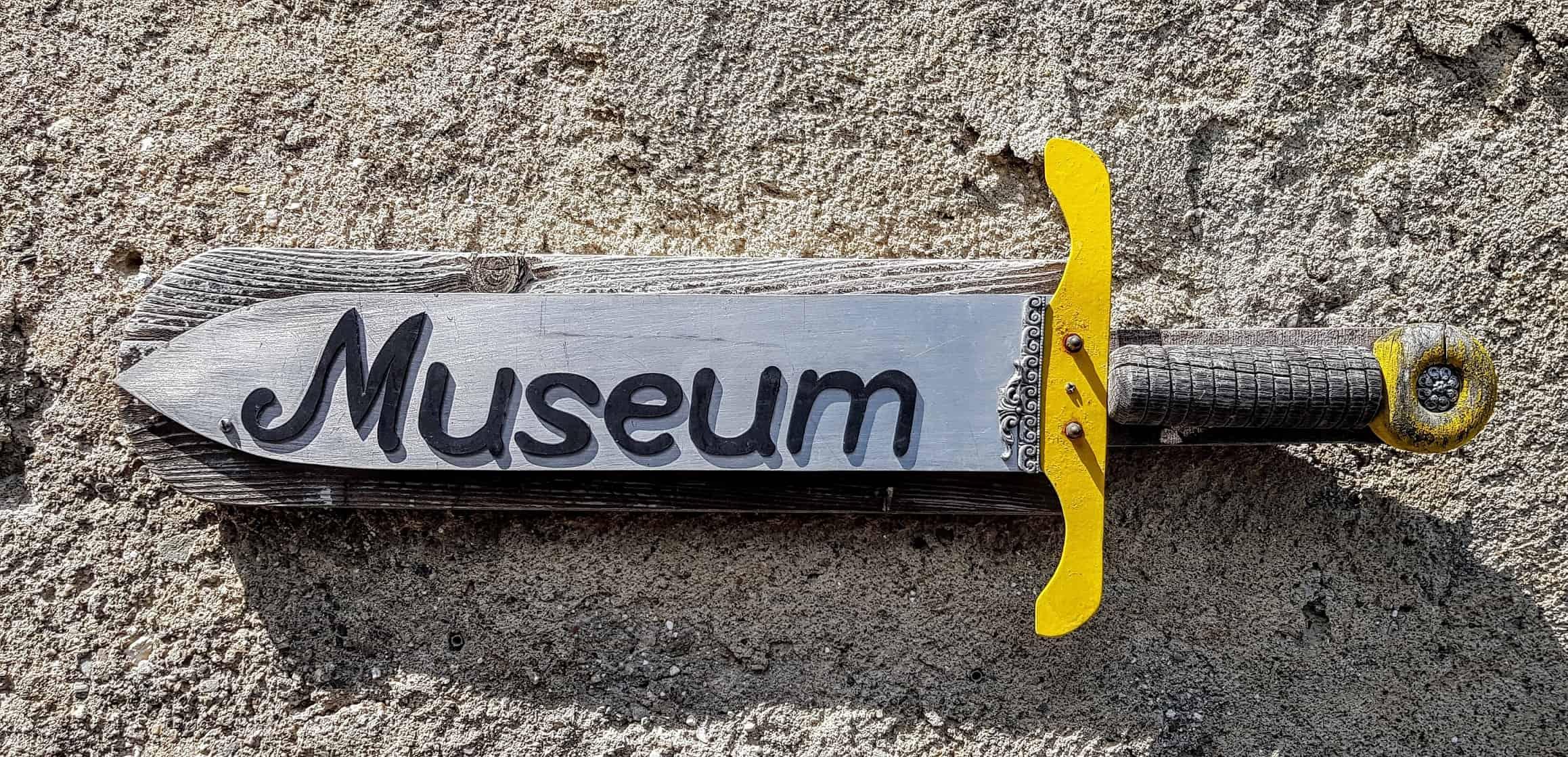 Hinweisschild Museum auf der Burg Hochosterwitz zur Ausstellung und Waffensammlung der sehenswerten Burg.