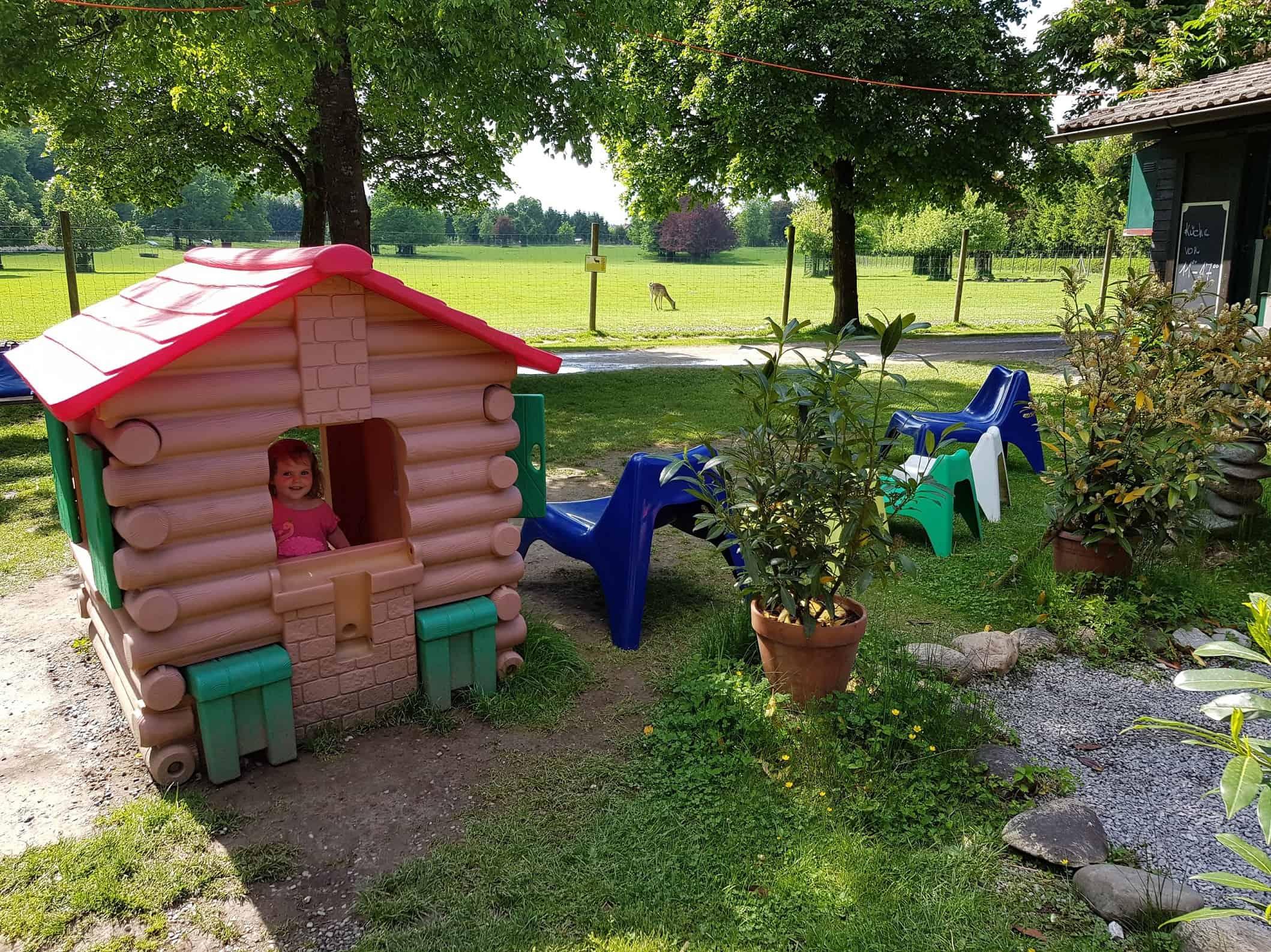 Lieblings Spielplatz Tierpark Rosegg Kärnten Kind im Spielhaus