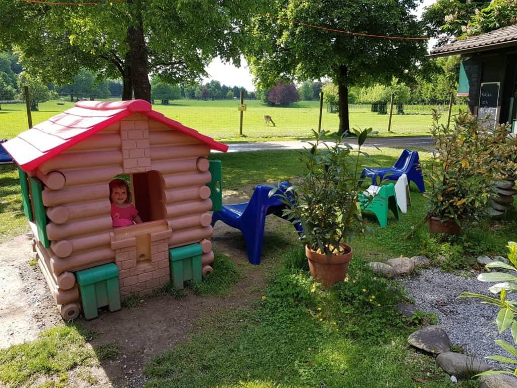 Kind im Spielhaus - Kinderspielplatz Tierpark Rosegg