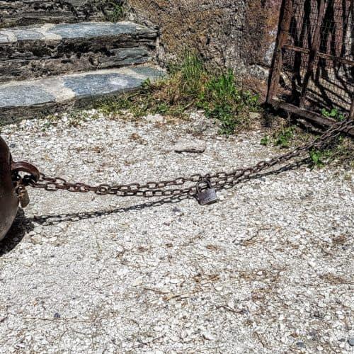 Kanonenkugel - Mittelalterliche Ausstellungsstücke bei Ausflug auf Burg Hochosterwitz in Kärnten