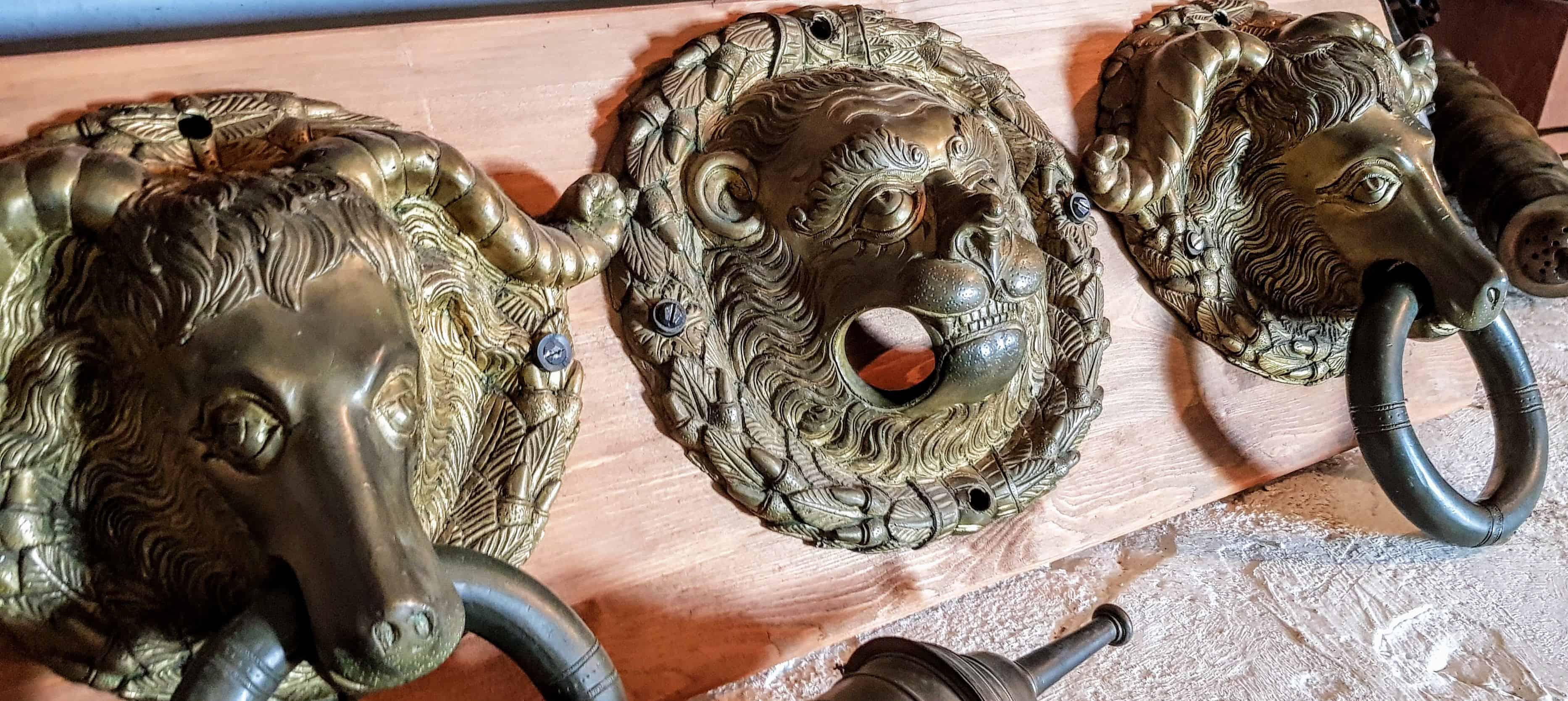 Mittelalterliche Exponate bei Ausstellung im Museum der Burg Hochosterwitz in Österreich