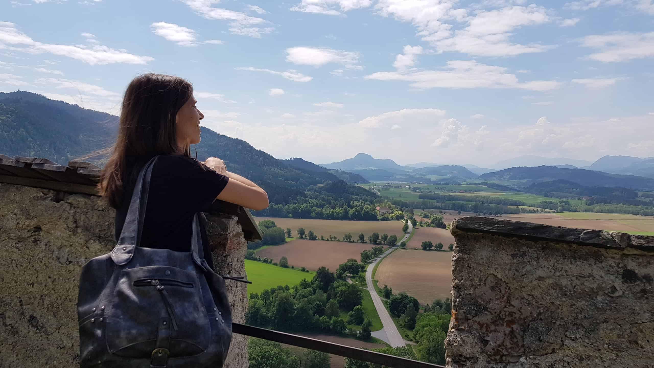 Besucherin genießt den Panoramablick - Mittelalterliches Flair mit Panorama auf Burg Hochosterwitz Nähe Klagenfurt