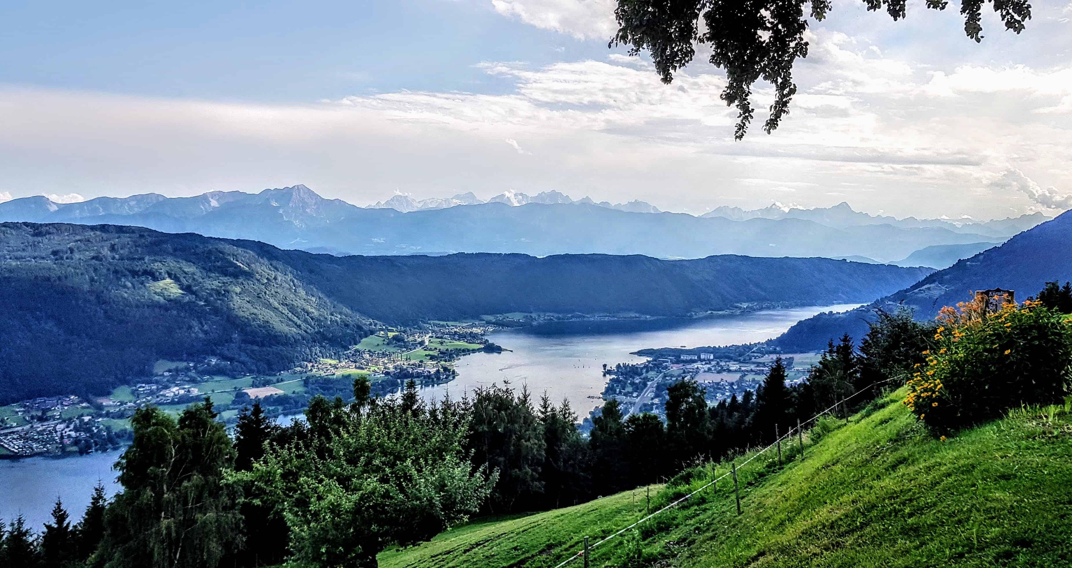 Blick auf Ossiacher See Richtung Villach mit Karawanken - Julische Alpen
