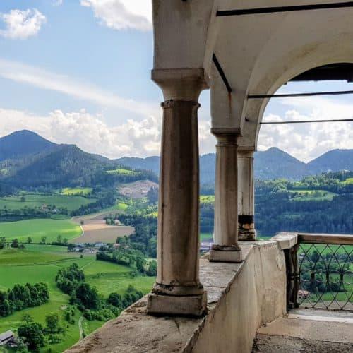 Balkon mit schöner Aussicht auf der Burg Hochosterwitz, Österreich