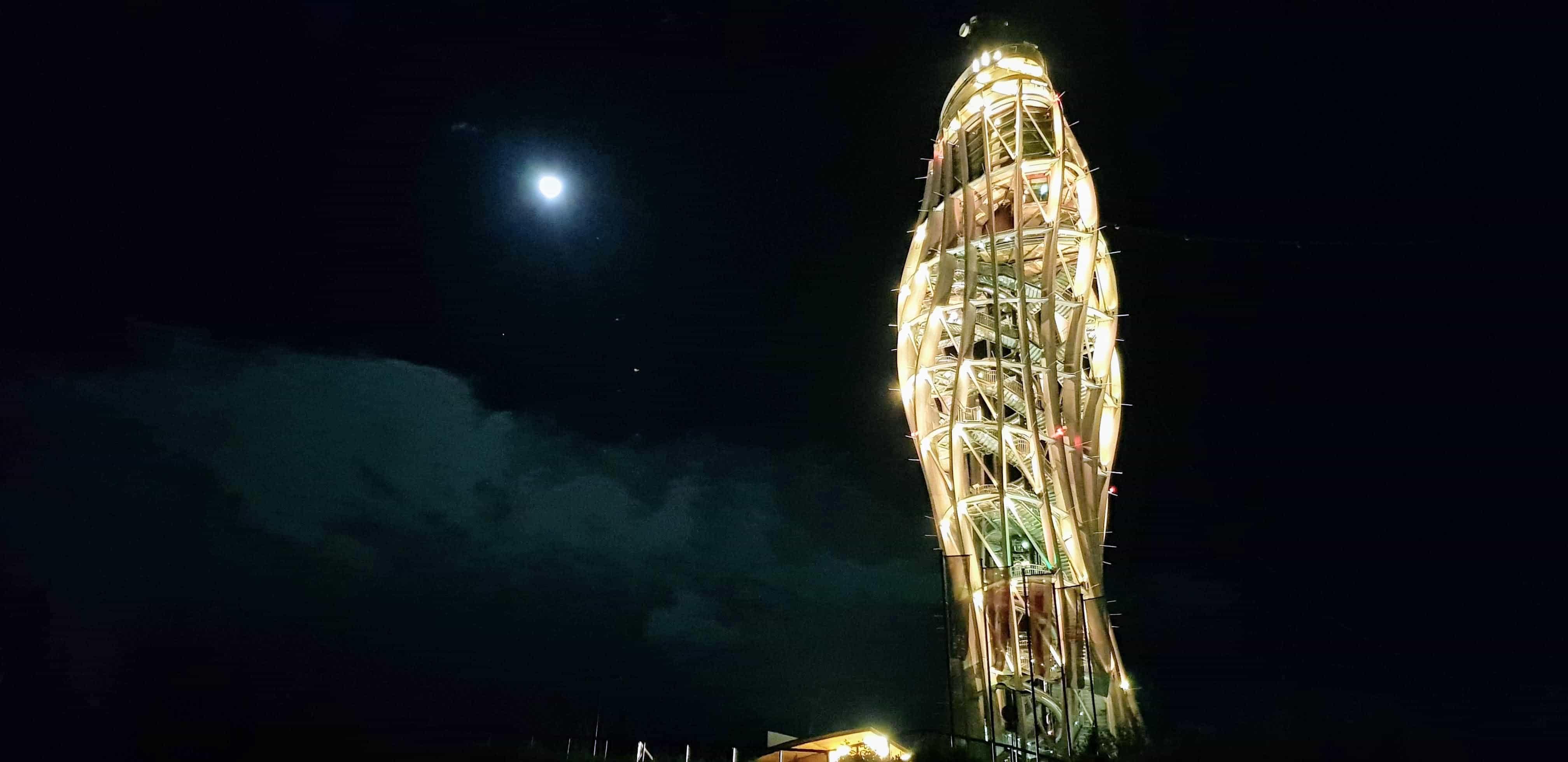 Nacht-Ausflug auf den Pyramidenkogel in Kärnten - das beleuchtete Ausflugsziel am Wörthersee mit Mond