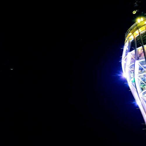 Pyramidenkogel Nachtaufnahme bei Ausflug in Kärnten. Das Ausflugsziel mit Mond.