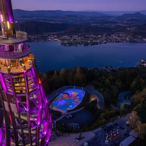 Foto Pyramidenkogel Kunstwerk Klimaschutz Kärnten Österreich leuchtendes Kunstwerk - Nachtaufnahme