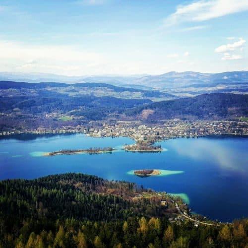 Sehenswürdigkeiten in Kärnten - der Pyramidenkogel am Wörthersee - Panoramablick auf Pörtschach und Kapuzinerinsel