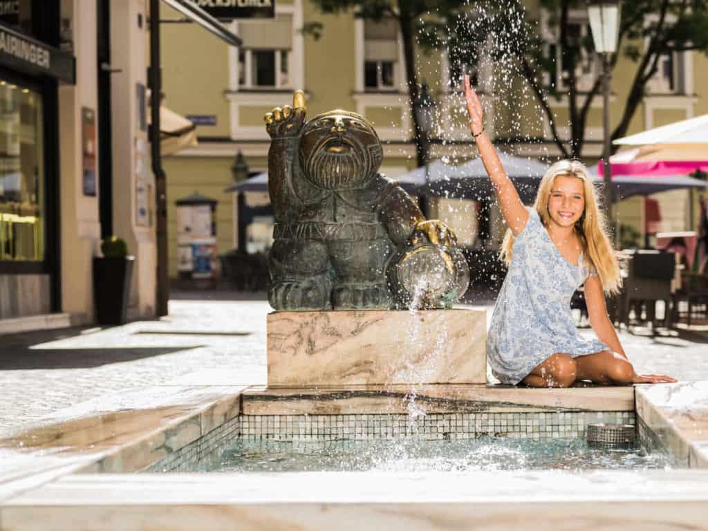 Mit Kind in Klagenfurt Wörtherseemandl sehenswerter Brunnen