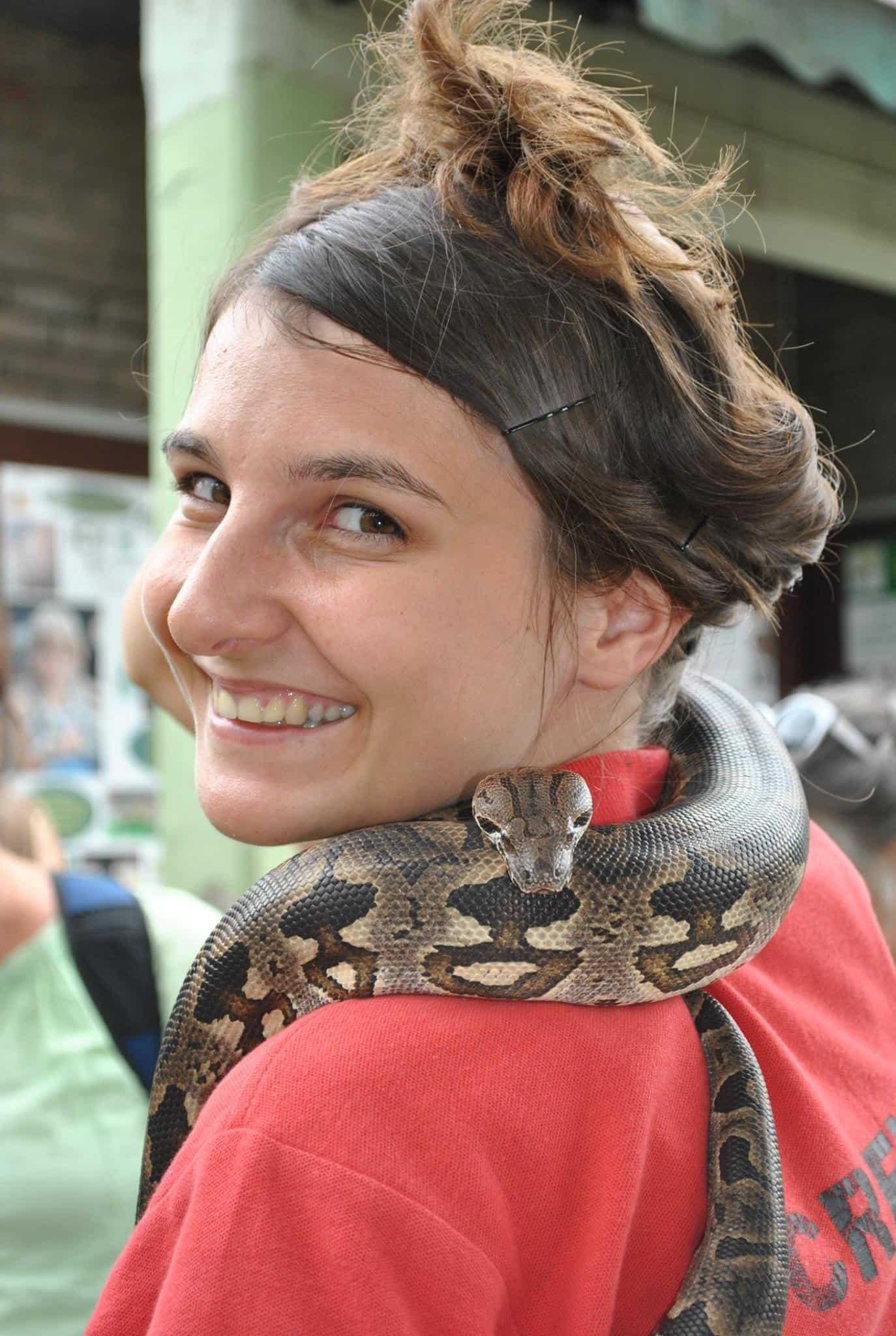 Mitarbeiterin mit Schlange im kinderfreundlichen Reptilienzoo Happ in Kärntens Landeshauptstadt Klagenfurt am Wörthersee