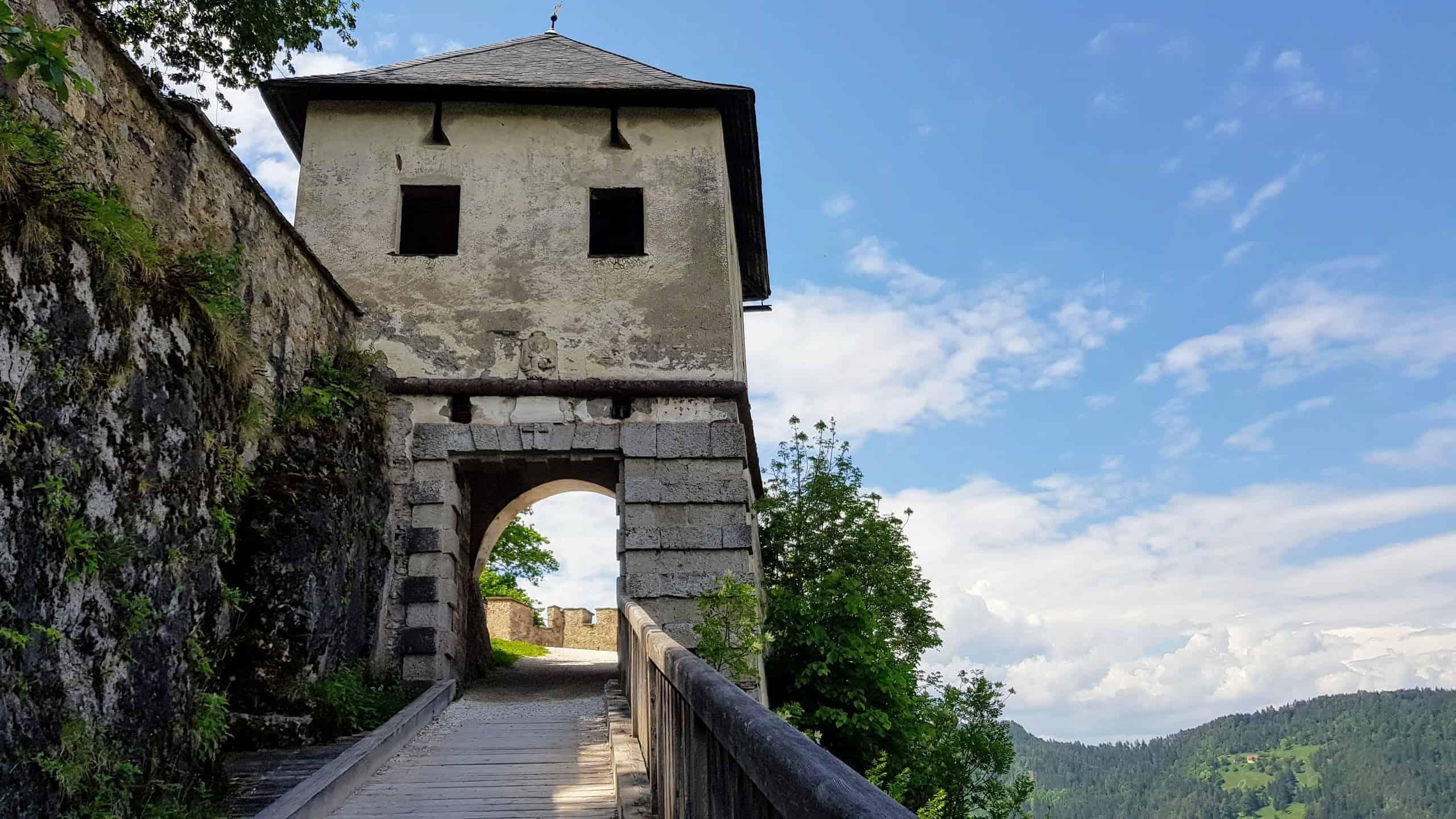 Fußweg zum Ausflugsziel Burg Hochosterwitz durch die historischen Tore der Burganlage.