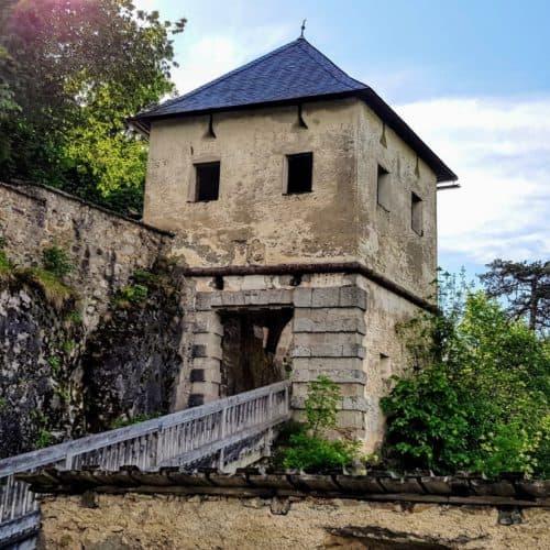 Durch die Tore beim Aufgang auf die Burg Hochosterwitz in Österreich