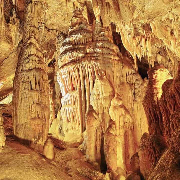 Durch schöne Grotten bei Höhlenführung im Ausflugsziel Obir Tropfsteinhöhlen in Südkärnten
