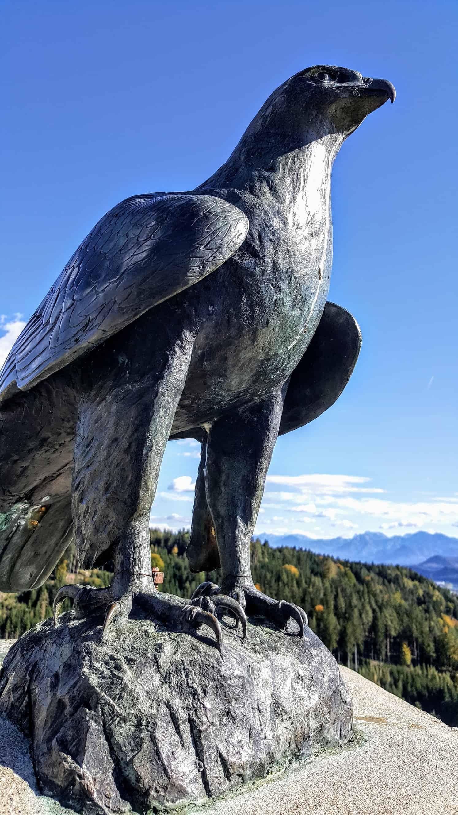 Adler aus Stein auf der Adlerarena Burg Landskron in Kärnten bei Villach am Ossiacher See