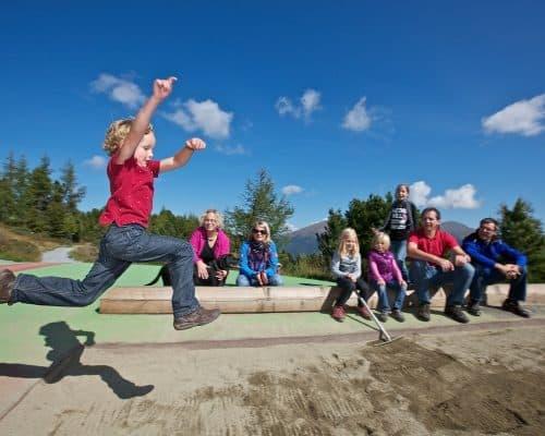 Kind beim Weitsprung - Kindererlebniswelt Almzeit auf der Turracher Höhe in Kärnten
