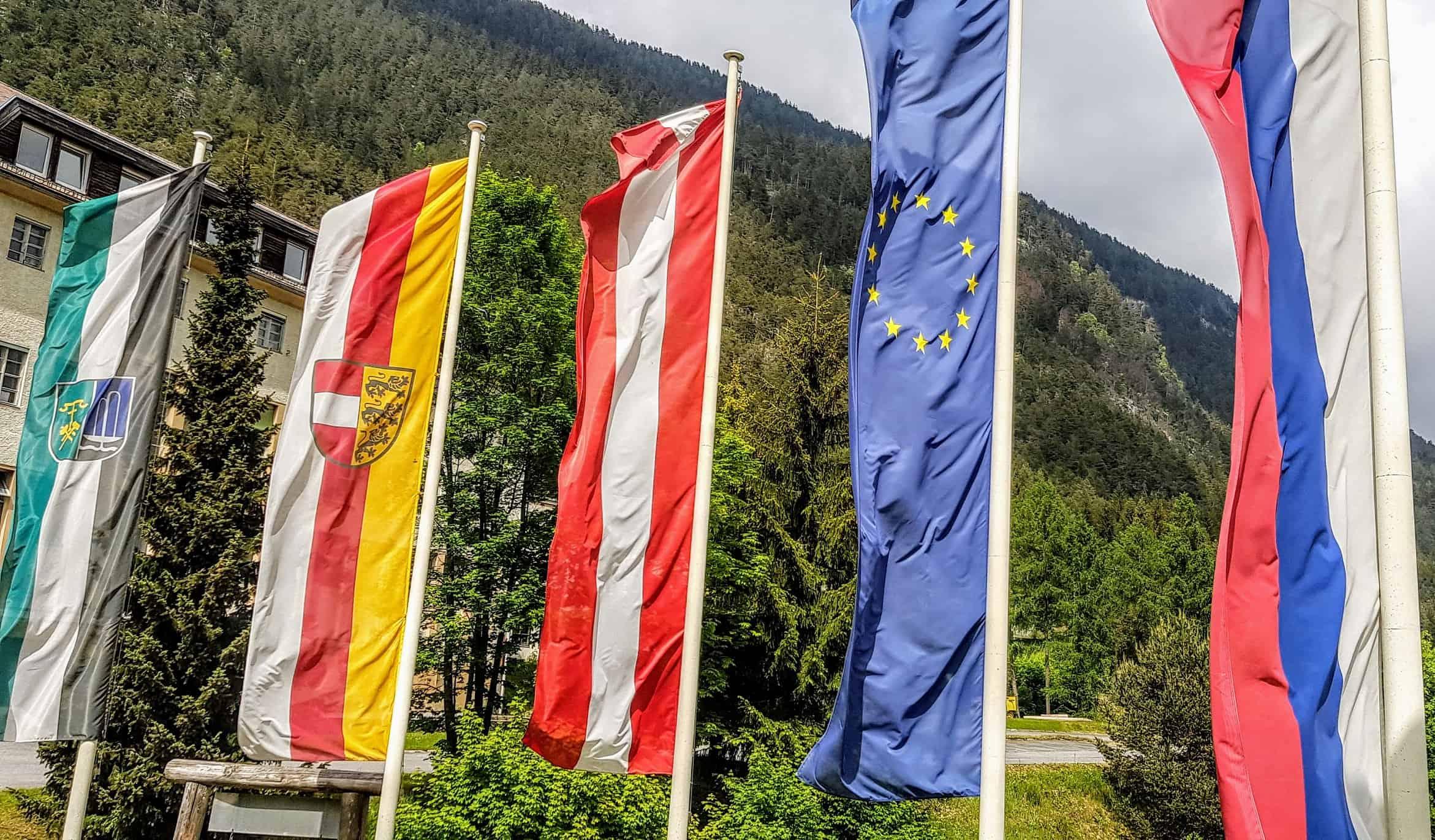 Fahnen vor den Schaubergwerken Terra Mystica & Montana in Bad Bleiberg