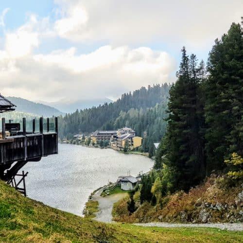 Wanderung rund um den Turracher See in Kärnten - Hütte mit Weg zum See