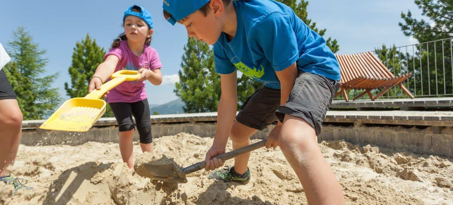 Kinder spielen im Sandkasten in der Kindererlebniswelt Nocky's Almzeit auf der Turracher Höhe in Österreich
