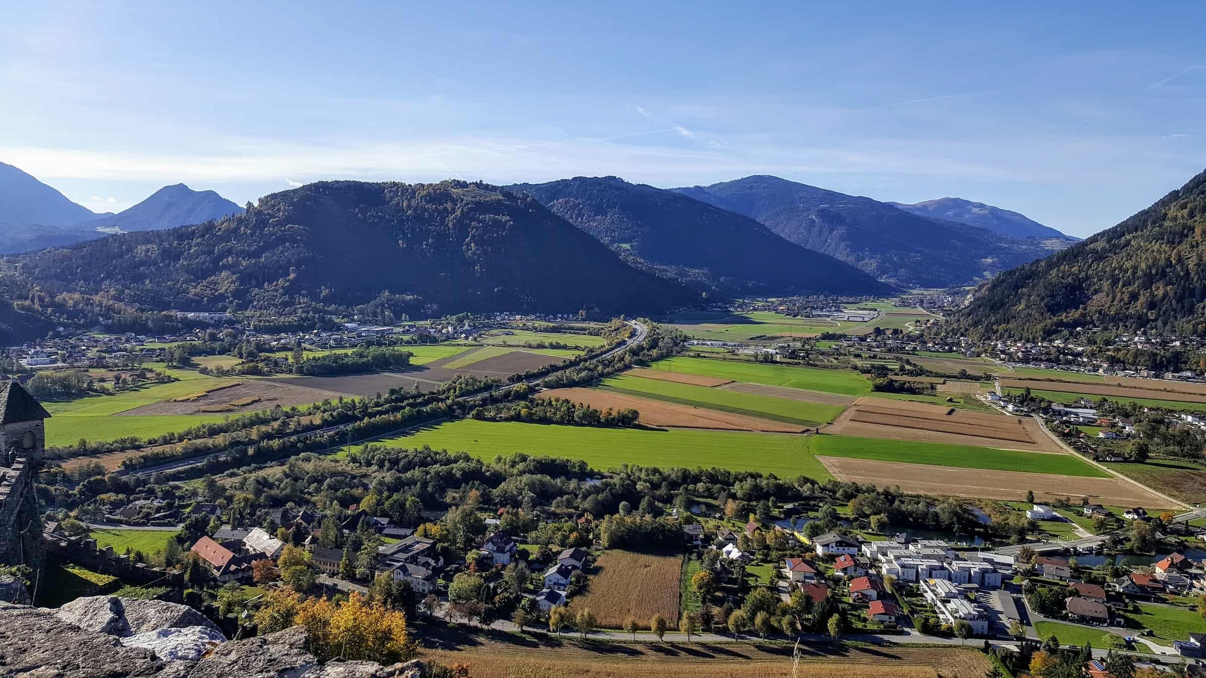 Aussicht Aderarena Burg Landskron ins Gegendtal Richtung Treffen bei Villach