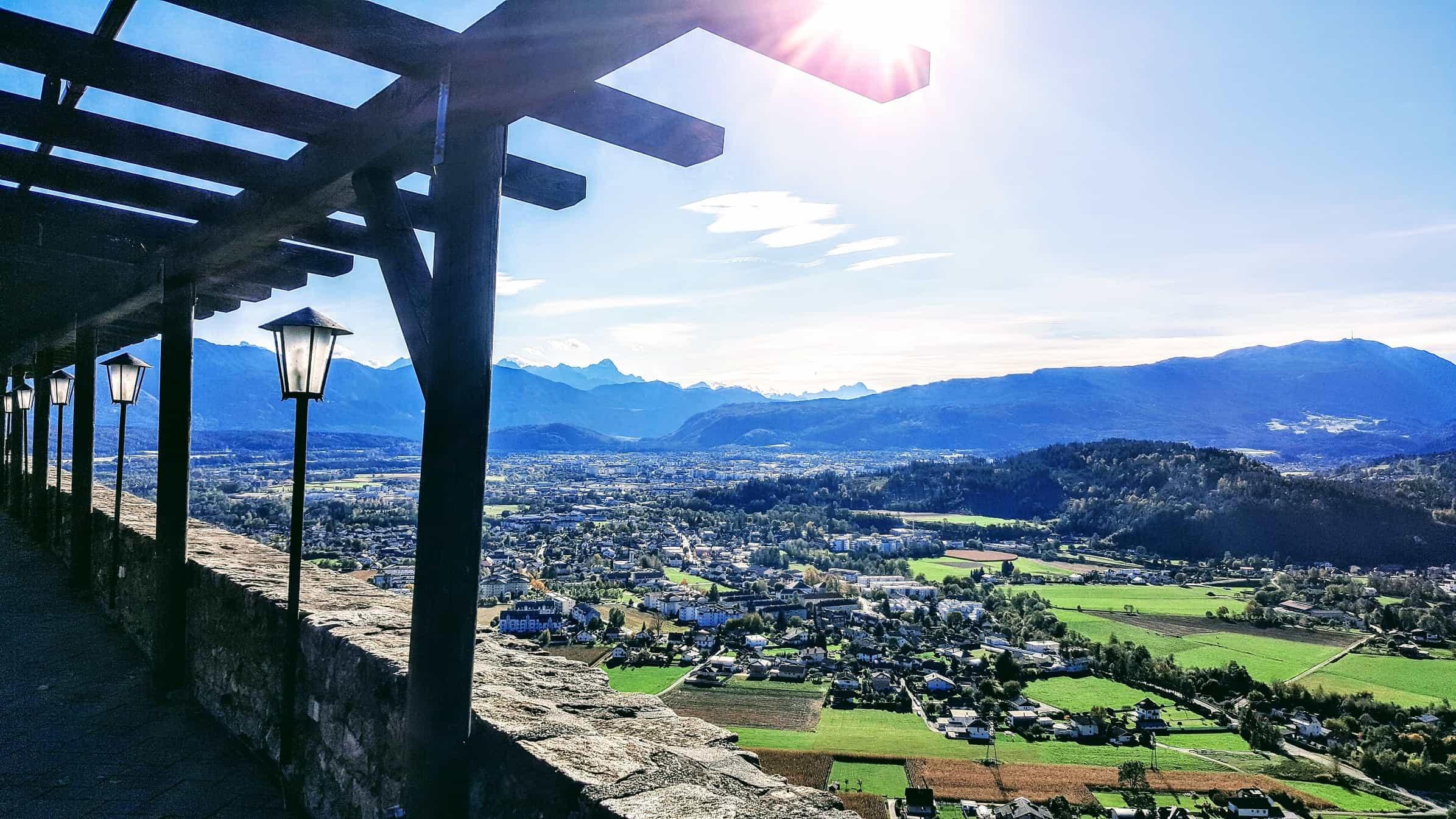 Aussicht Adlerarena Burg Landskron auf Villach in der Nähe vom Wörthersee in Kärnten