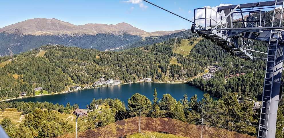 Blick auf Turracher See bei Bergfahrt mit Bergbahn Panoramabahn zum Startplatz Nocky Flitzer und Almzeit. Gratis mit der Kärnten Card.