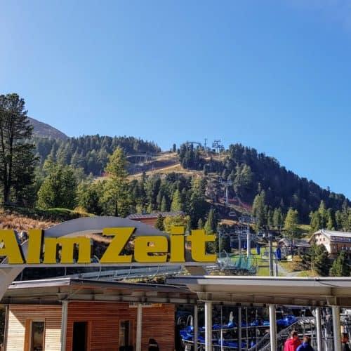 Bergbahn Panoramabahn auf der Turracher Höhe. Im Hintergrund sieht man auch die Sommerrodelbahn Nocky Flitzer.
