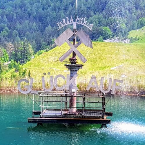 Glück auf! Brunnen vor Schaubergwerke Terra Mystica Montana Region Villach Kärnten