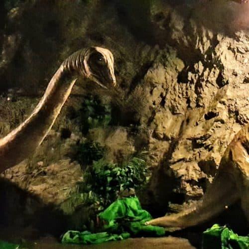 Dinosaurier als Attraktion für Kinder bei Führung im Schaubergwerk Terra Mystica in der Nähe von Villach