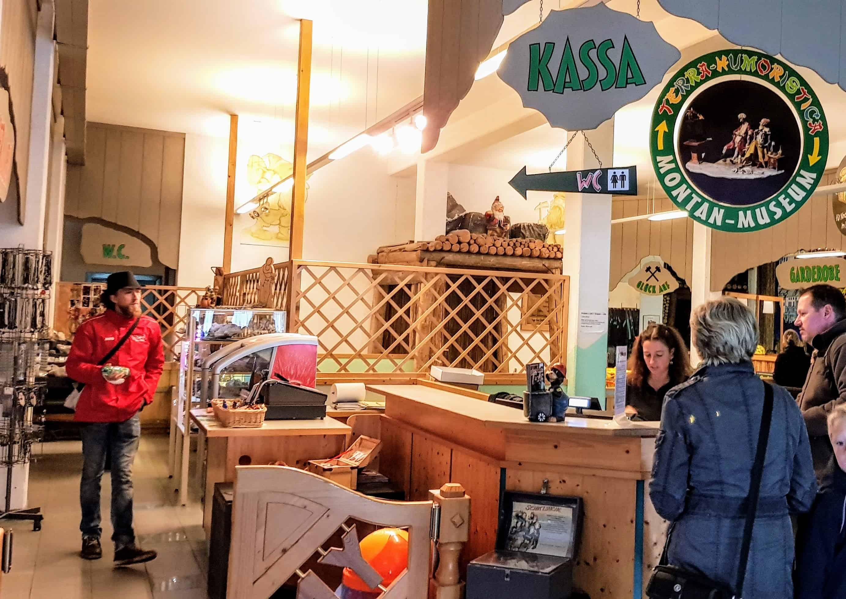 Eingangsbereich mit Kassa bei Schaubergwerke Terra Mystica Montana in Kärnten
