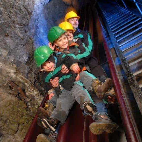 Kinder auf Europas längste Bergmannsrutsche in den Schaubergwerken Terra Mystica & Montana - Region Villach