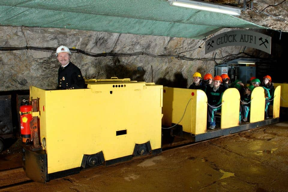 Spannender Ausflug in den Stollen des Bergwerks Terra Mystica. Unterwegs im Stollen mit Bahn.