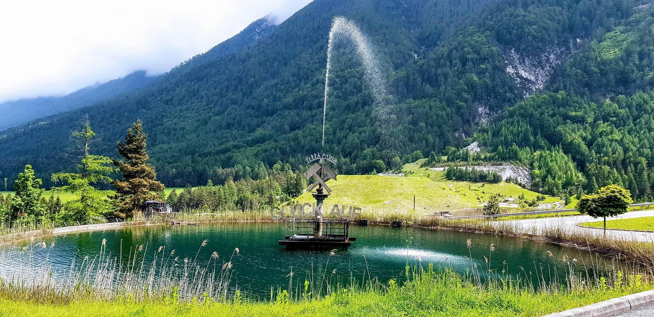 Brunnen und Teich bei Ausflug zu Schaubergwerken Terra Mystica und Montana in der Nähe von Villach.