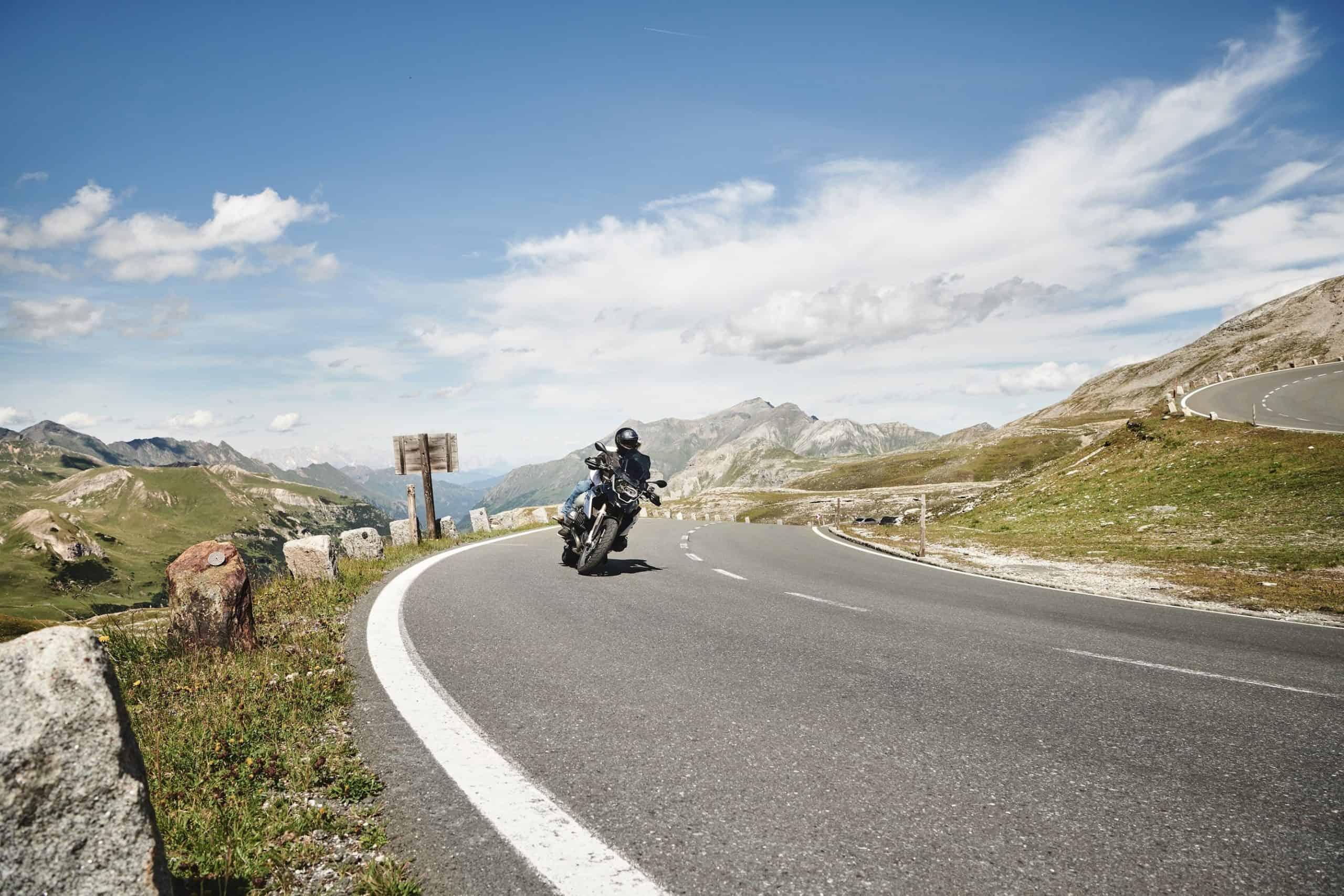 Motorradfahrer auf Panoramastraße Großglockner Hochalpenstraße in Österreich