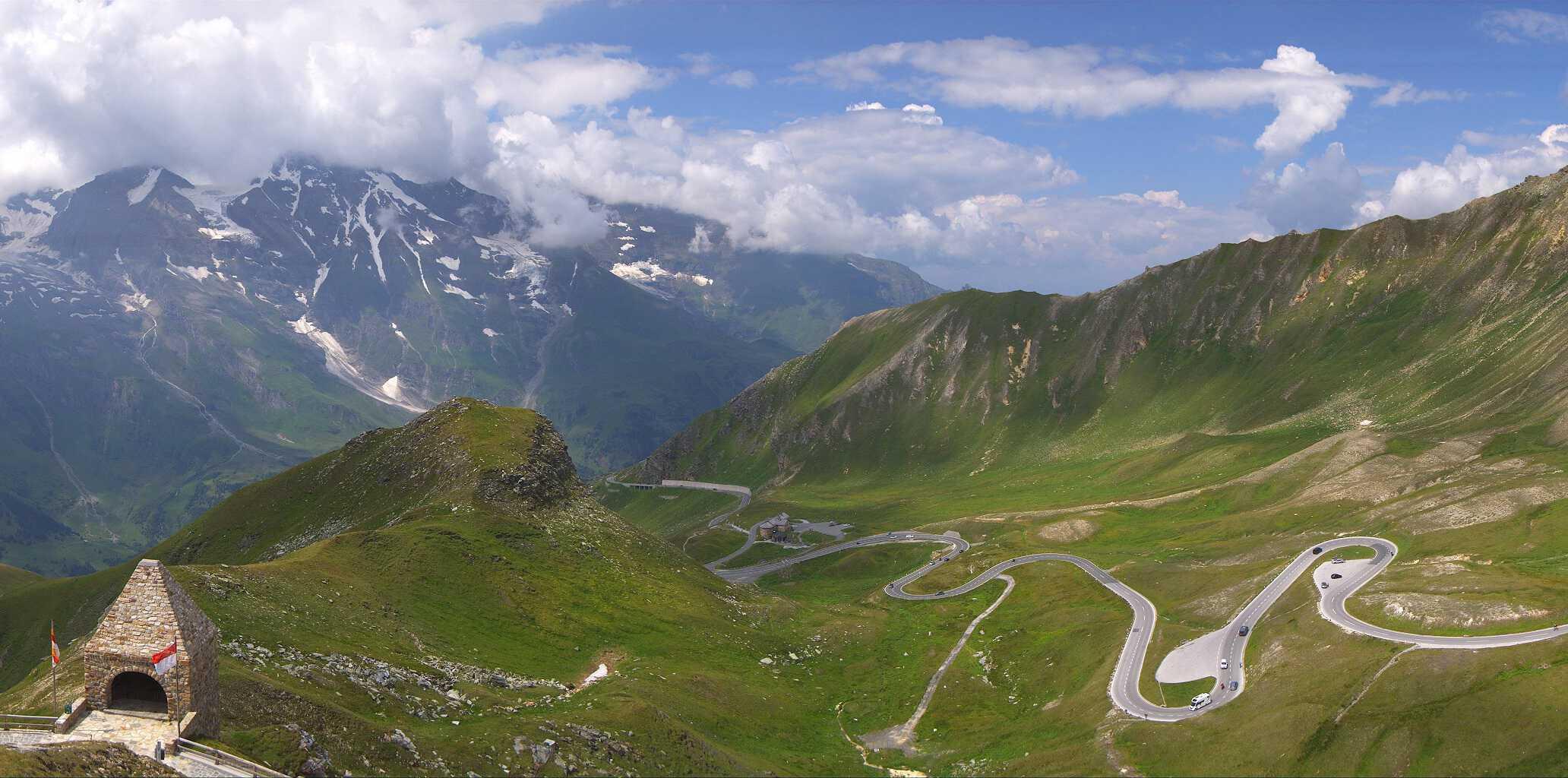 Blick vom Fuscher Thörl im Sommer auf der Großglockner Hochalpenstraße - Panoramastraße durch Österreichs Berge im Nationalpark