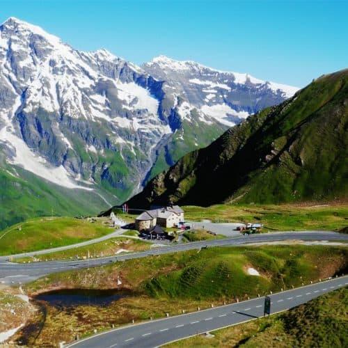 Die Großglockner Hochalpenstraße im Sommer - mitten in Österreichs Bergwelt mit schneebedeckten Berggipfeln