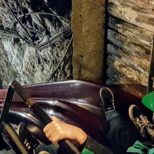 Kind auf Bergmannsrutsche im Ausflugsziel Terra Mystica in Bad Bleiberg