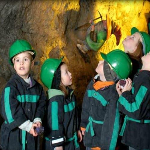 staunende Kinder bei Schatzsuche im Schaubergwerk Terra Mystica und Montana - Sehenswürdigkeit in Kärnten