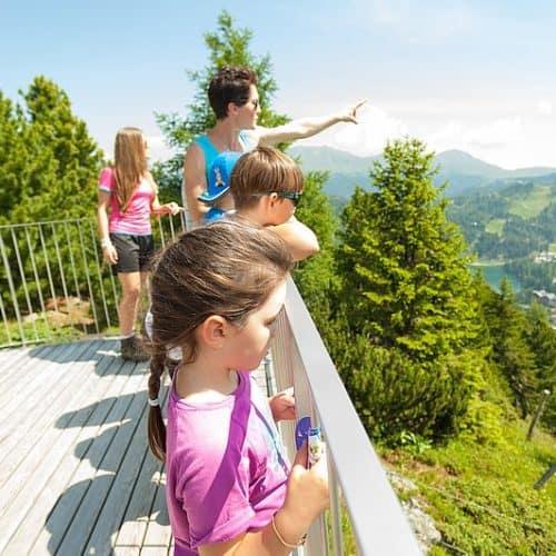 Kinder beim Spielplatz Nocky's Almzeit auf der Turracher Höhe in Kärnten - Ausflugsziele mit der Familie im Sommer