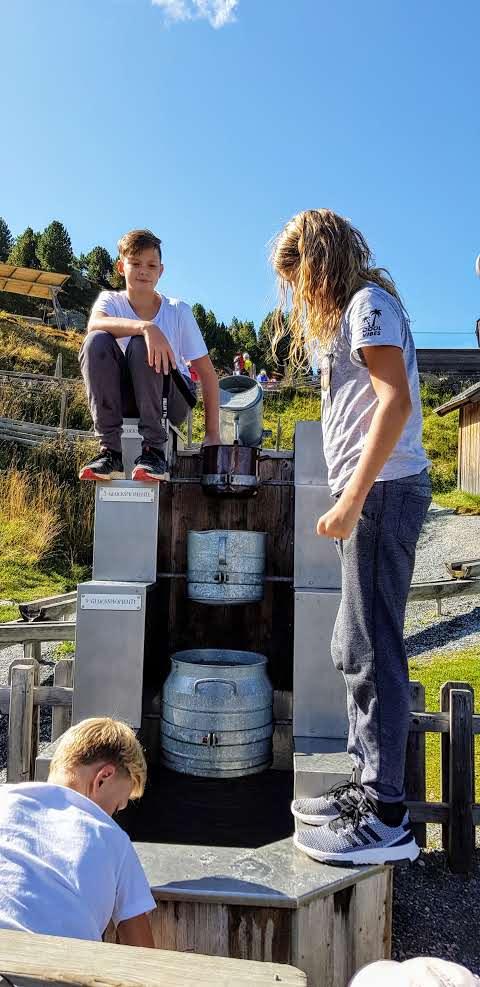 Kinder spielen bei Wasser-Erlebnisstelle am Kinderspielplatz Nockys Almzeit auf der Turracher Höhe - kinderfreundlicher Ausflug