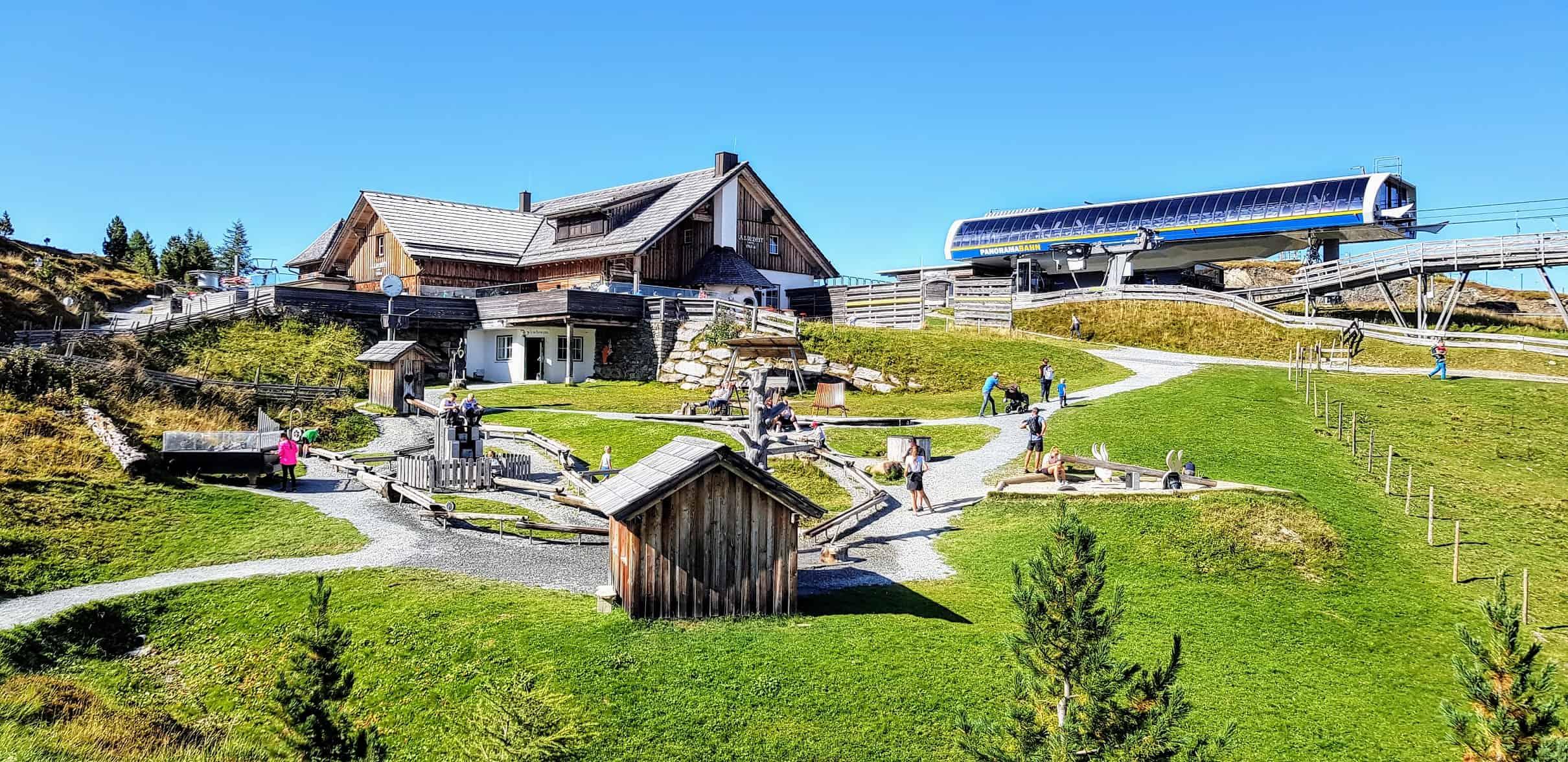 Erlebniswelt Nockys Almzeit mit Bergbahn Panoramabahn vom Nocky Flitzer und Almzeit-Hütte auf der Turracher Höhe - Kärnten Österreich