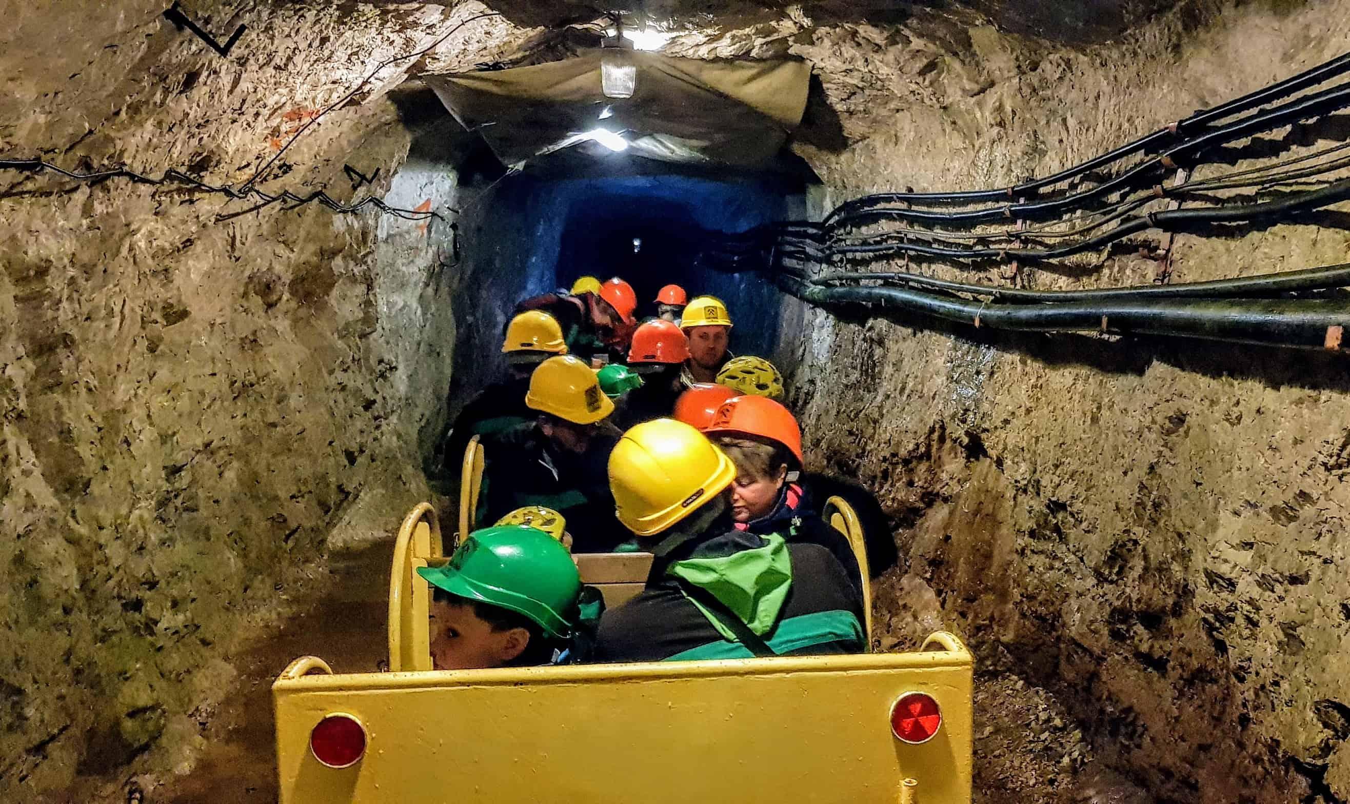 Kinderfreundliche Fahrt durch die Stollen der Schaubergwerke Terra Mystica und Montana bei Villach in Kärnten