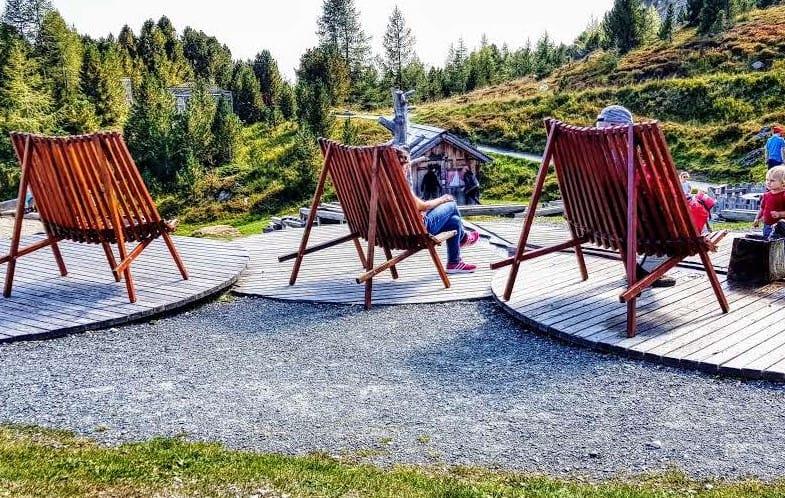 Gemütliche Liegen am Kinderspielplatz Nockys Almzeit auf der Turracher Höhe Bergstation Panoramabahn Bergbahnen Kärnten