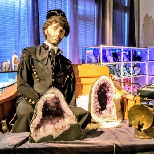 Museum mit Edelsteinen und Bergmann-Puppe im Schaubergwerk Terra Mystica Montana in Bad Bleiberg - Österreich