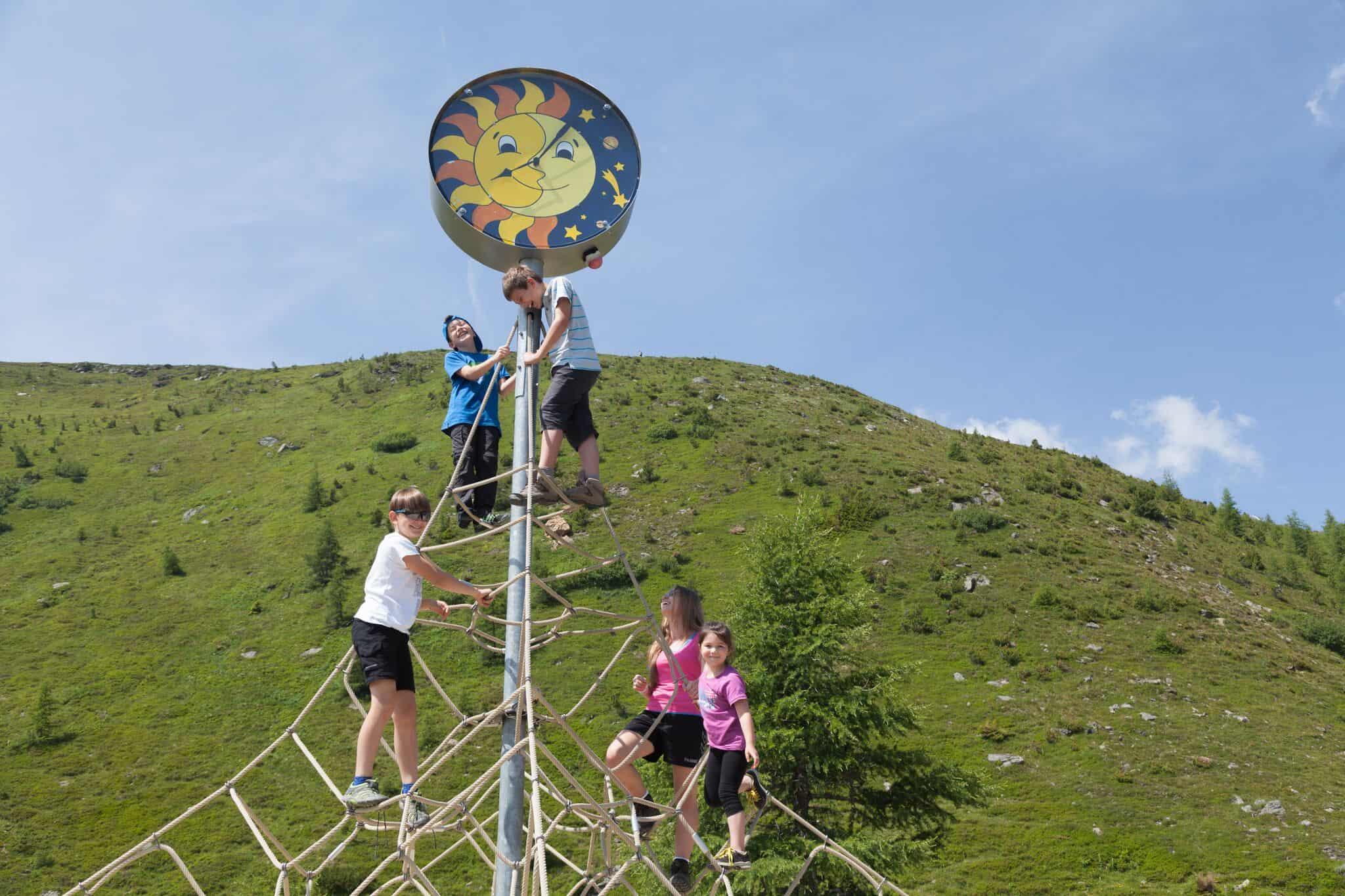 Kinder auf Kletterseilen - Nocky`s Almzeit ist ein Entdeckungs-Spielplatz auf der Turracher Höhe in Kärnten mit vielen Highlights.