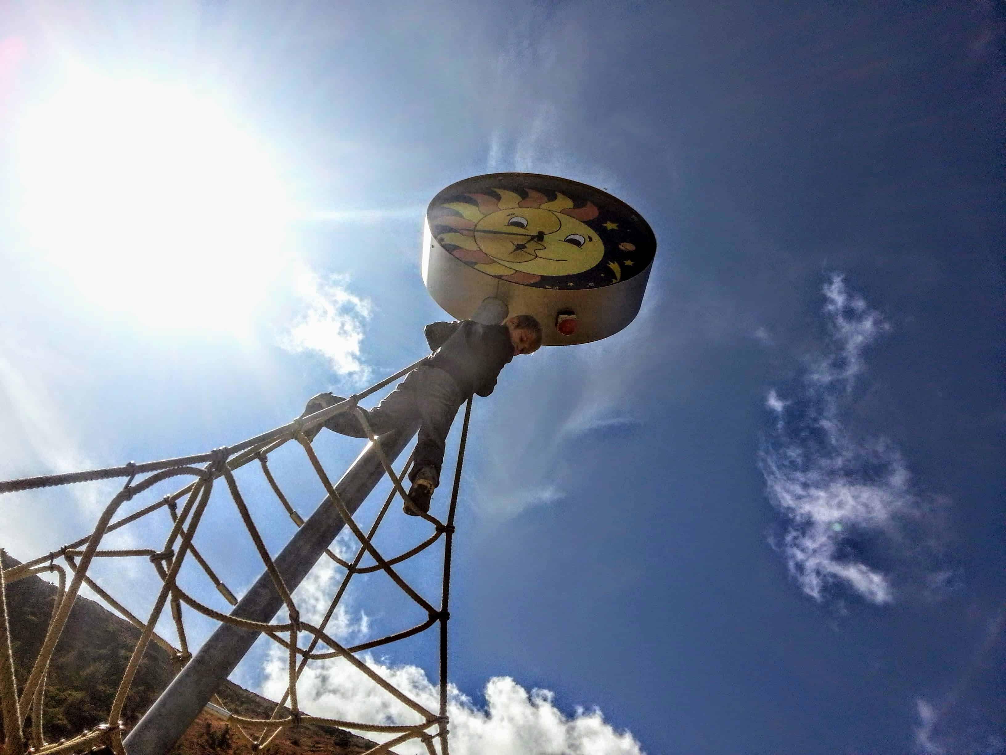 Kind klettert auf Seilen im Kinder-Erlebnisspielplatz Nocky's Almzeit auf der Turracher Höhe in Kärnten, südlichstes Bundesland Österreich