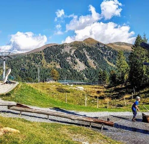 Kindererlebniswelt Nockys Almzeit mit Panoramablick auf die Kärntner Nockberge, ua. den Schoberriegel auf der Turracher Höhe
