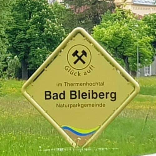 Ortstafel Thermenhochtal und Naturparkgemeinde Bad Bleiberg mit Glück auf