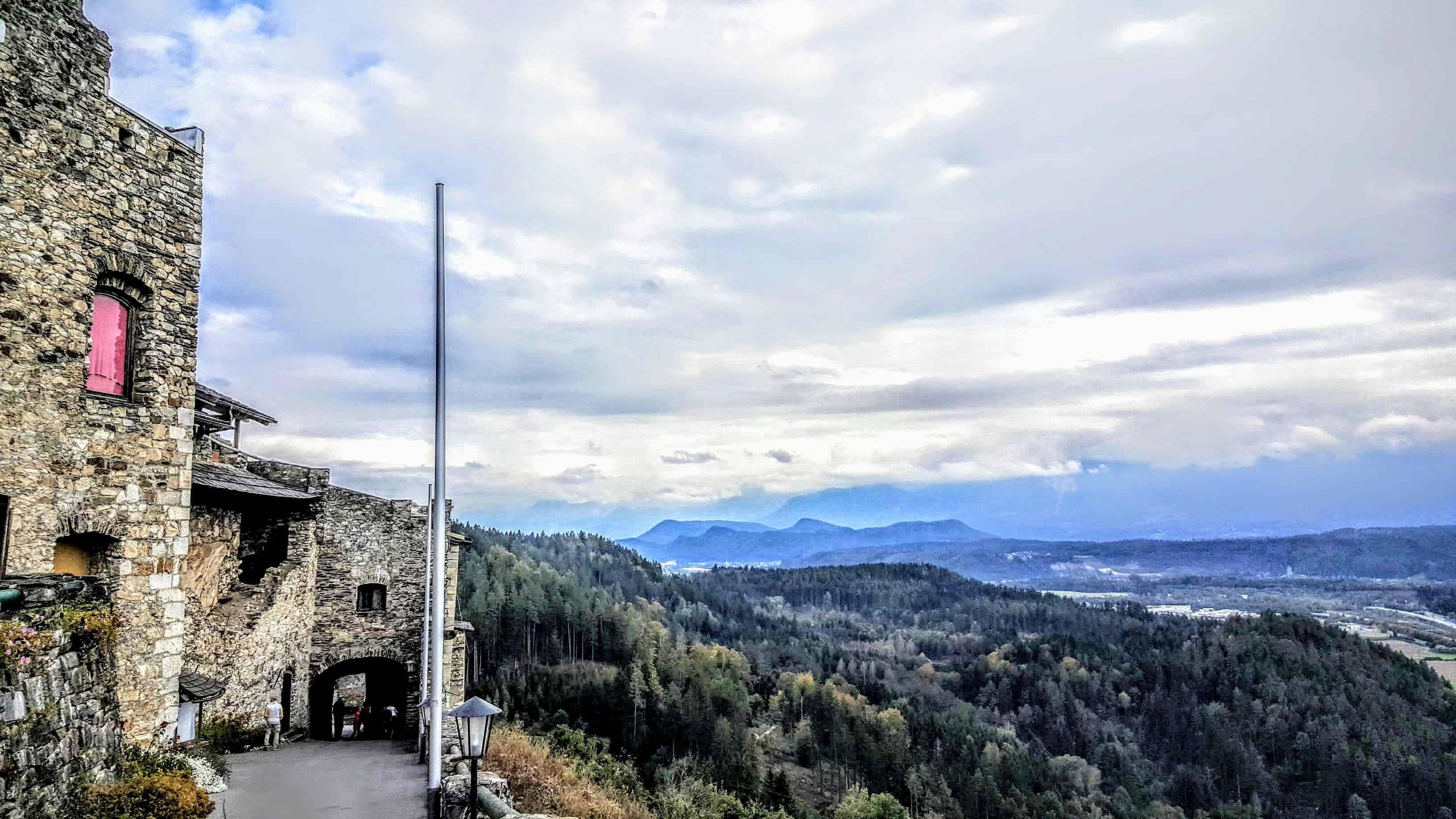 Panoramablick Adlerarena Burg Landskron Kärnten Richtung Karawanken